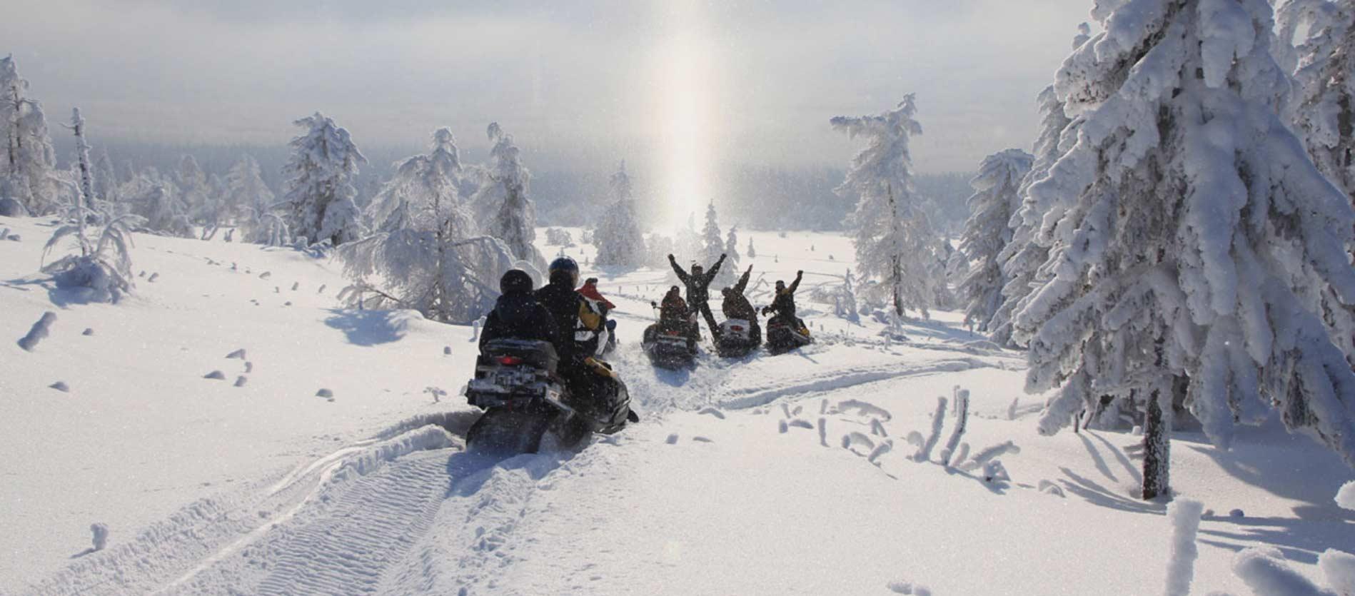 Plaisir d'un voyage de groupe en motoneige