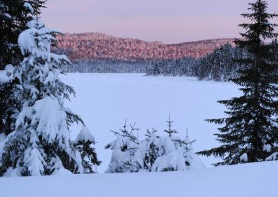 Couché de soleil. Le froid tombe sur le lac. Québec